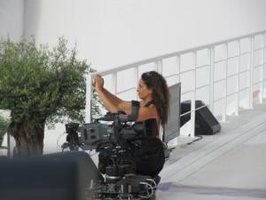 Noa mentre scatta una foto dal palco